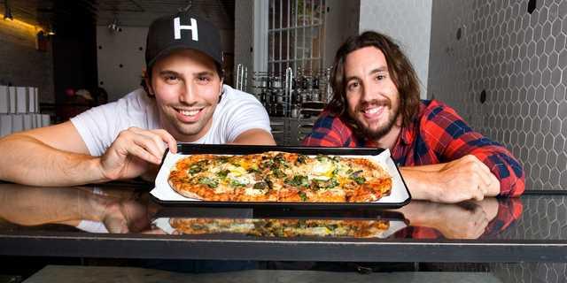 &pizzaの共同創業者であるスティーブ・サリス(左)とCEOのマイケル・ラストリア(右)。