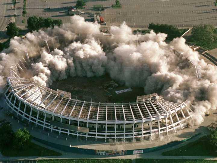 爆破解体されるアトランタ・フルトン・カウンティ・スタジアム。