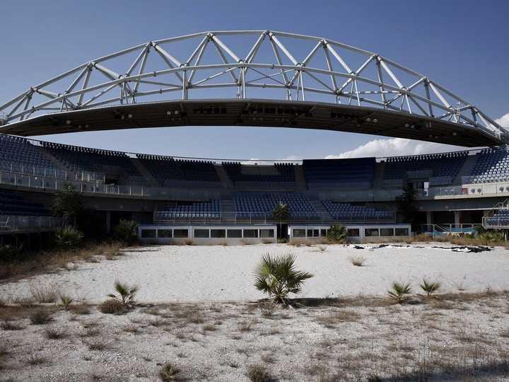 ビーチバレーの会場は、砂を突き抜けて雑草が生い茂っている。
