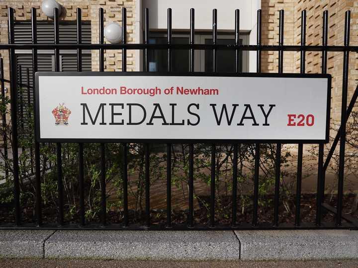 「メダルズ・ウェイ」と名付けられた道。