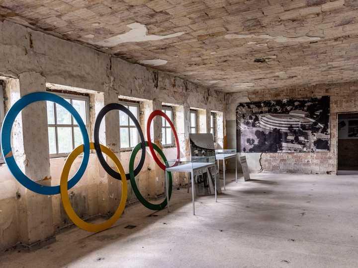 1936年のベルリン五輪の選手村には、かつて水泳プールだった建物が残されている。写真はそのホールに置かれた五輪マーク。2021年5月17日、エルシュタルで撮影。