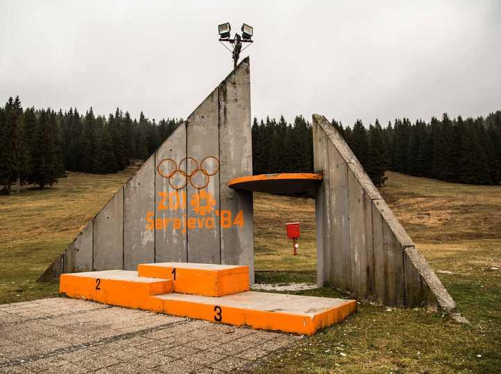 スキージャンプ会場に残された表彰台。