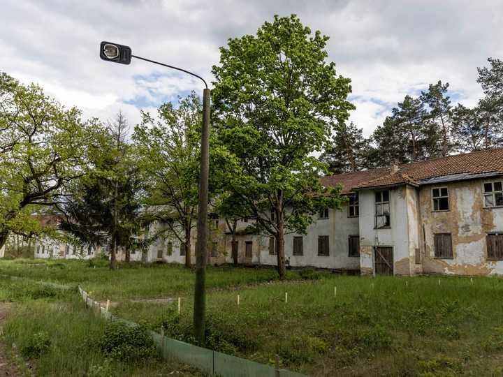 1936年ベルリン五輪選手村の跡地には、当時選手のために建てられた建物が今も誰も住むことなく残されている。それぞれの住居には、ドイツの都市名がつけられている。