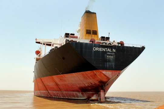インド西部のグジャラート州にあるアラン造船所で解体された数千隻の船のうちの1隻、エクソン・バルディーズ号。