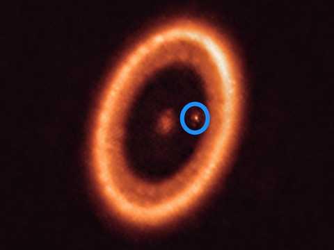 「PDS 70星系」は、地球から約400光年離れた距離にあり、形成の途上にある。大きなリングの中心にあるのが恒星「PDS 70」で、青い円で示されているのはその惑星「PDS 70c」。