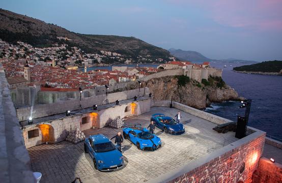 クロアチアの景勝地ドゥブロヴニクに並ぶリマックのスーパーカー