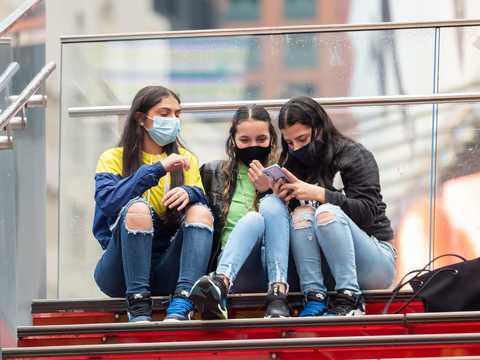 2020年10月28日、ニューヨークのタイムズ・スクエアで。ニューヨークでは、コロナウイルスの感染拡大を防ぐための規制を受けて、再オープンに向けた取り組みが続けられていた。