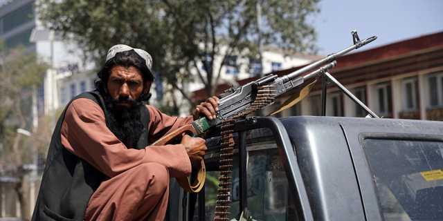 タリバンの兵士。2021年8月16日、アフガニスタンのカブールにある大統領官邸に通じる正門の前で。