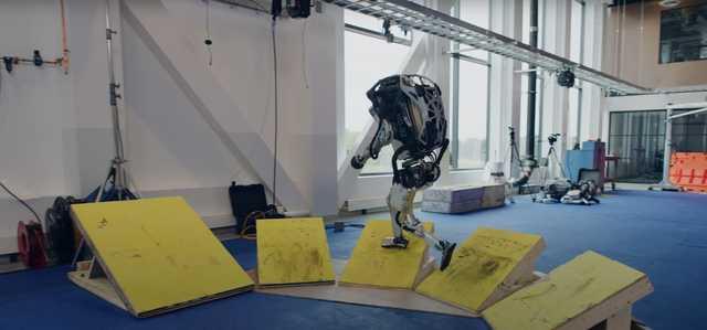 おそらく世界征服のためにトレーニングをしているボストン・ダイナミクスの人型ロボット「アトラス」。