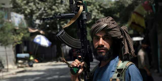 アフガニスタンの首都カブールの検問所を警備するタリバン兵。2021年8月18日。