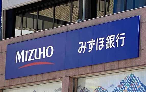 みずほ銀行は8月20日、勘定系システムでハード障害が発生し、全店舗で窓口での取引が受付・処理できない状態になっていると発表した。