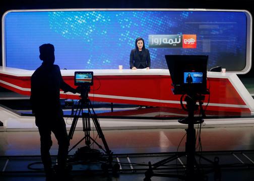 Tolo Newsのスタジオで、ニュースキャスターを撮影するカメラマン。2018年9月7日。