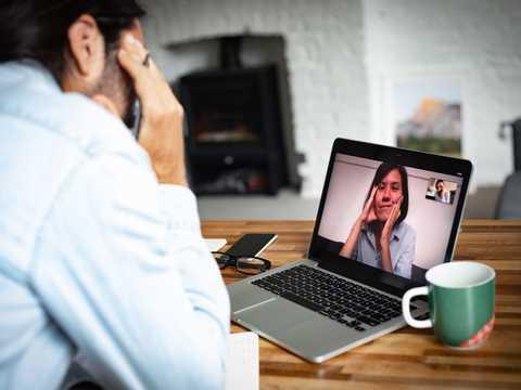 在宅勤務でオンライン会議をしている男性。燃え尽き症候群に陥っているのかもしれない。