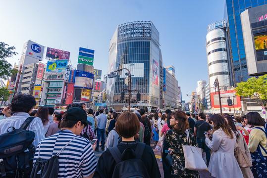 shutterstock 若者と東京