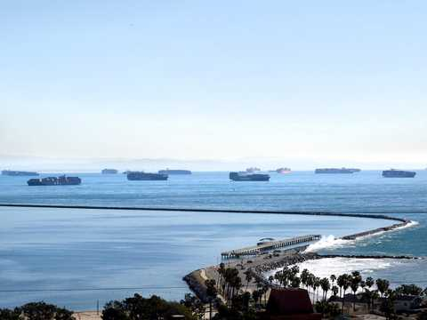 カリフォルニア沖に停泊中の貨物船。COVID-19のパンデミックにより、アメリカの港では過去10年で最悪の混雑に見舞われている。