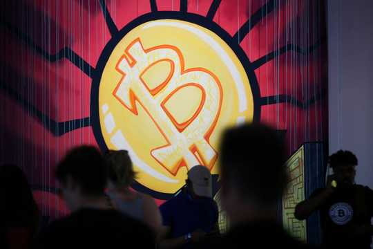 ビットコインをモチーフとしたアート作品。「Bitcoin 2021」の大会にて。
