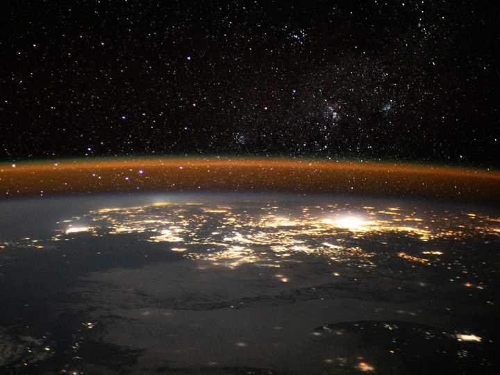 アフリカ南東部沿岸の上空で、大気の層が輝いている。