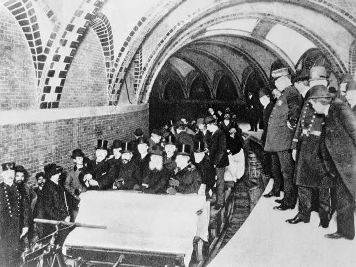 最初の地下鉄
