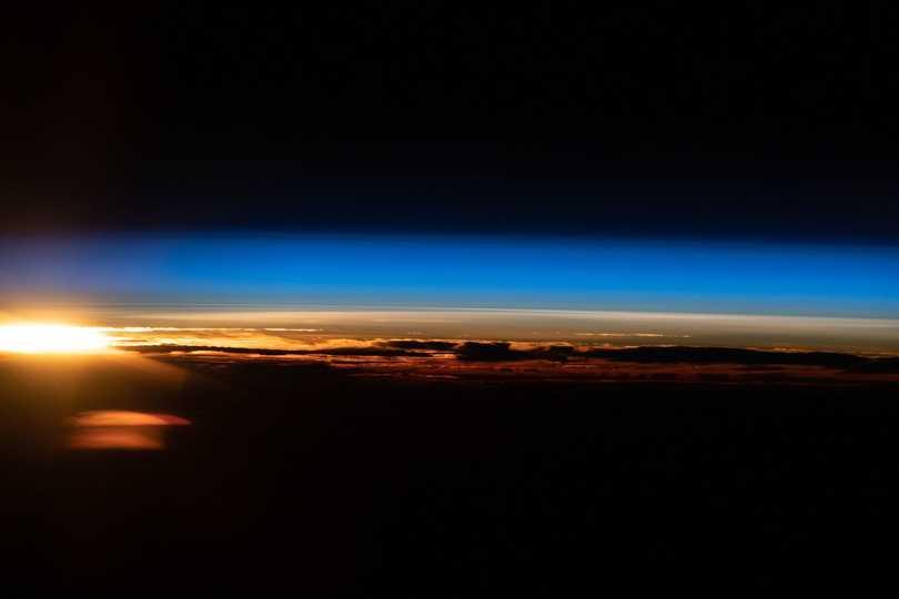 西オーストラリア沖のインド洋に昇る太陽。2021年5月20日撮影。