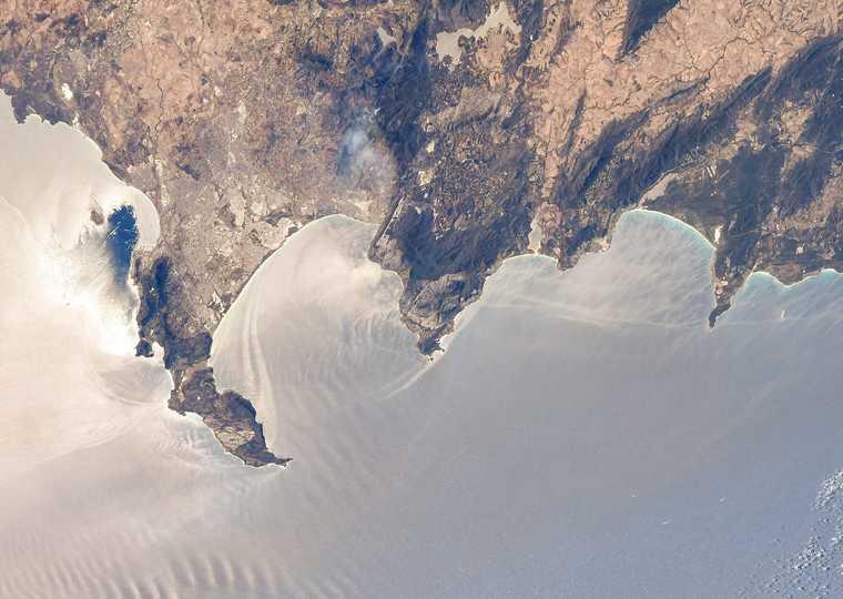 南アフリカのケープタウンと、日光できらめく南大西洋。2021年2月28日撮影。