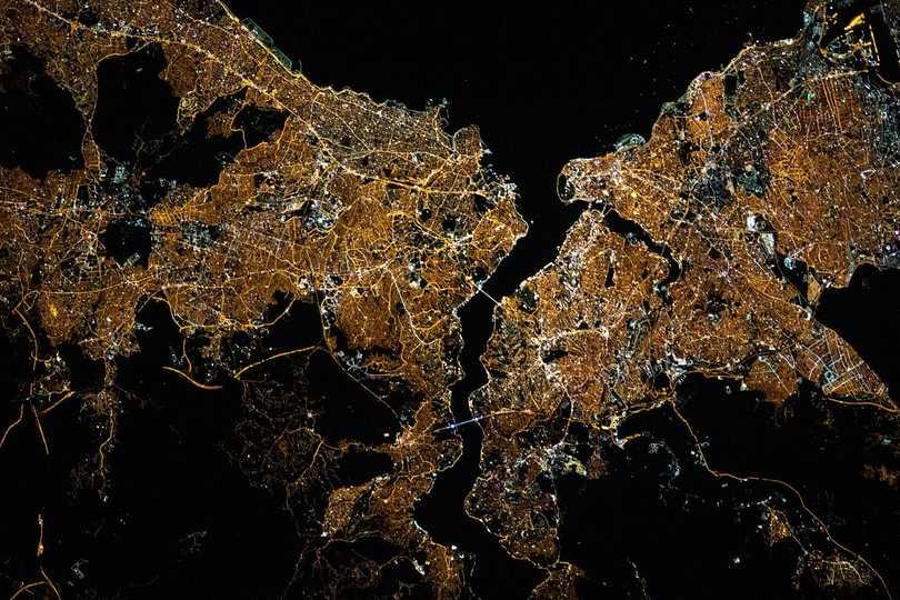トルコの街、イスタンブールの夜景。ボスポラス海峡と金角湾を囲むようにして都市が広がっている。2021年5月10日撮影。
