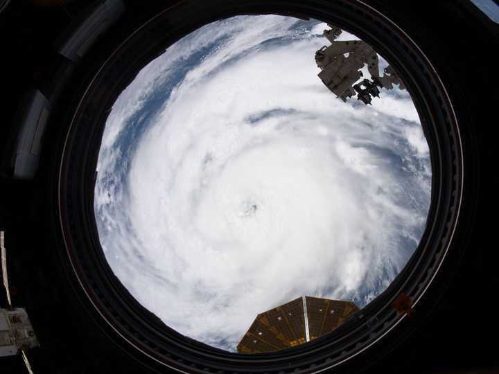 ISSの窓越しに撮影されたカテゴリー2のハリケーン「アイダ」。2021年8月28日撮影。