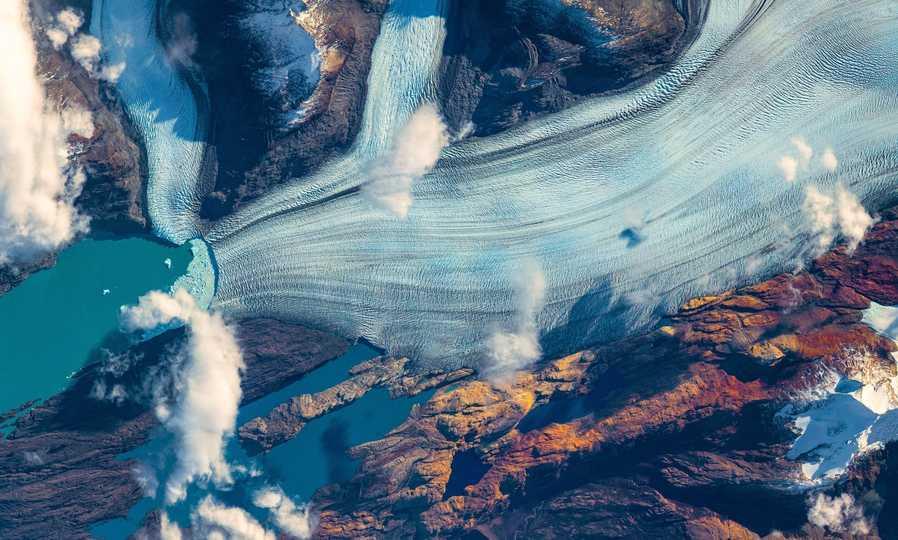 南米パタゴニア地域にあるウプサラ氷河は、氷河末端が湖に接していることもあり、とりわけ速いスピードで融けて後退しつつある。氷河末端の様子がわかる画像をトマ・ペスケが撮影した。