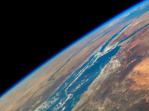 アフリカの紅海とナイル川の向こうの地平線に、地球大気の薄く青い層が見える。2021年2月3日撮影。