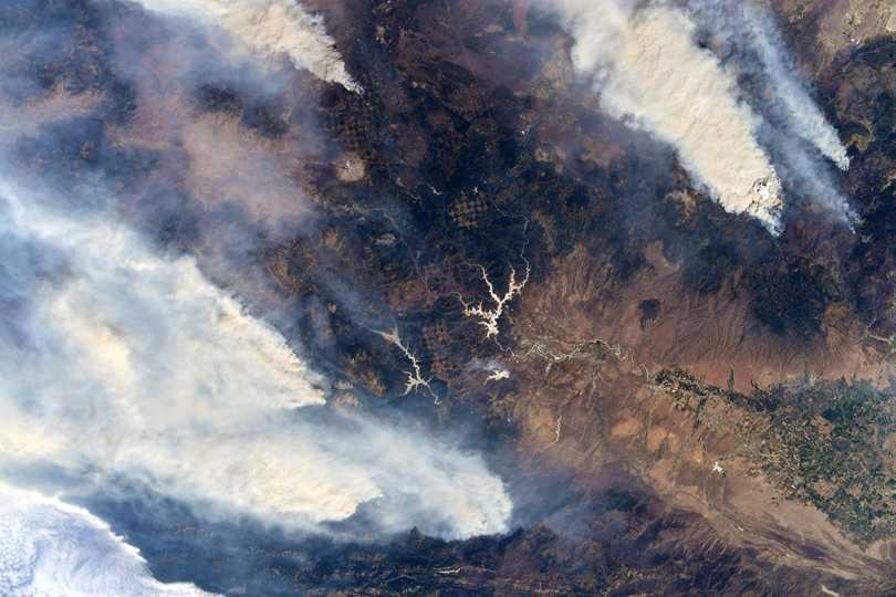 カリフォルニア州北部で発生した山火事の煙。2021年8月4日撮影。