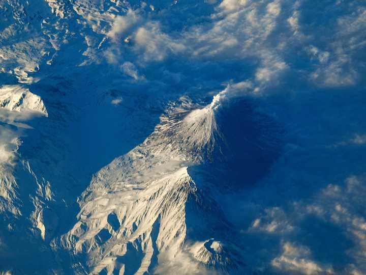 ロシア、カムチャツカ半島の火山。2021年4月2日撮影。