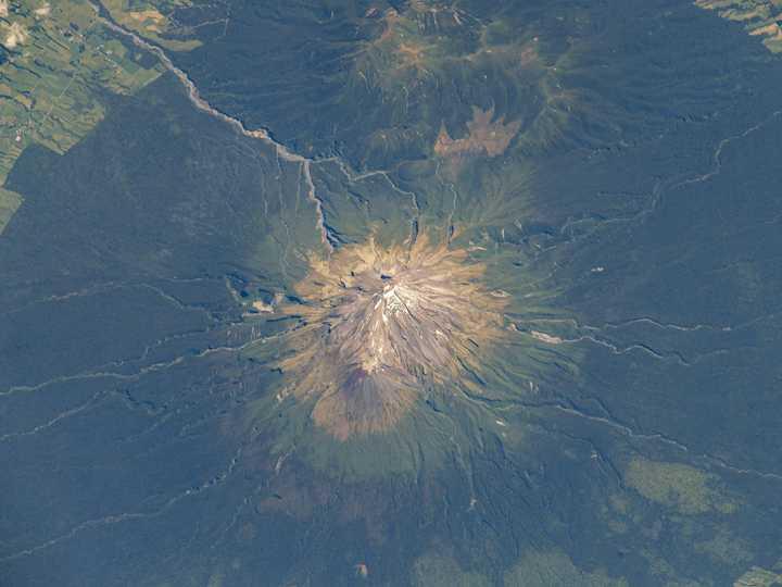 ニュージーランドのタラナキ山。2021年1月25日撮影。