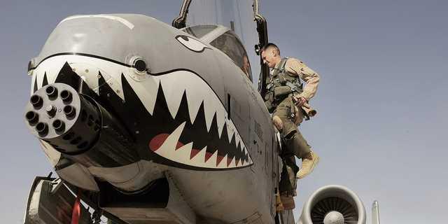 サメの歯のノーズアートを施したA-10サンダーボルトII攻撃機。アフガニスタンのカンダハール飛行場。