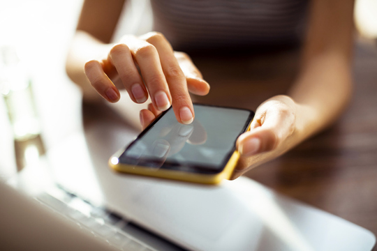 スマートフォンを使うイメージ写真。