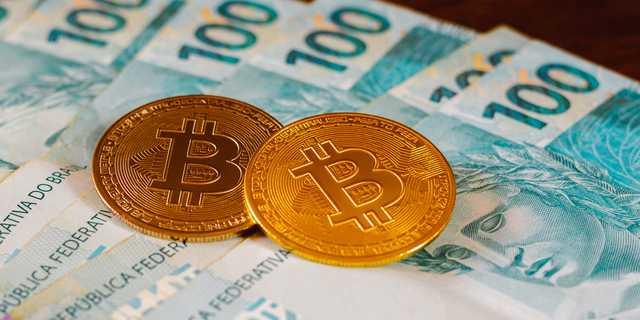 ビットコインを物理的に表現したコインとフィアット通貨(各国の中央銀行が発行した通貨)。