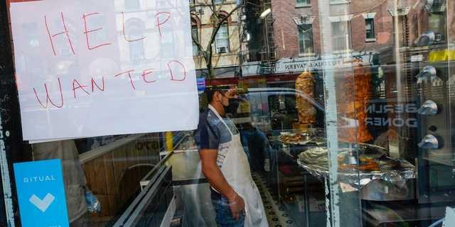 「従業員募集」と書かれた紙を掲げるニューヨーク、グリニッジビレッジのレストラン。