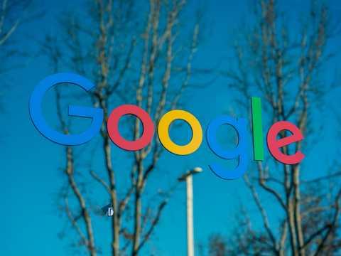 カリフォルニア州マウンテンビューのグーグル本社に掲げられたロゴ。