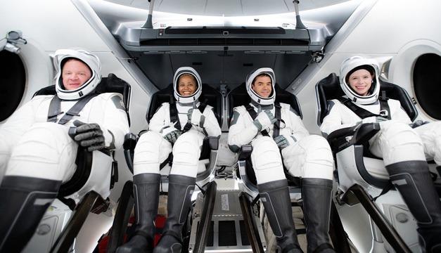 宇宙船クルードラゴンに着席している「インスピレーション4」のクルー。左からクリス・センブロスキ、シアン・プロクター、ジャレッド・アイザックマン、ヘイリー・アルセノー。