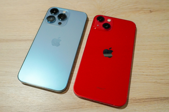 iPhone 13 Pro(フロストブルー、左)と、iPhone 13(PRODUCT RED、右)。