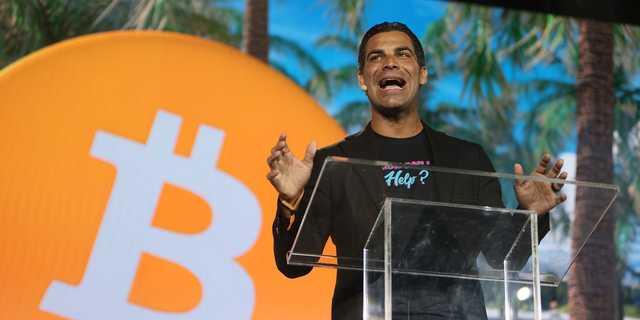 6月に開催された「ビットコイン2021コンベンション」で講演するマイアミ市のフランシス・スアレス市長。