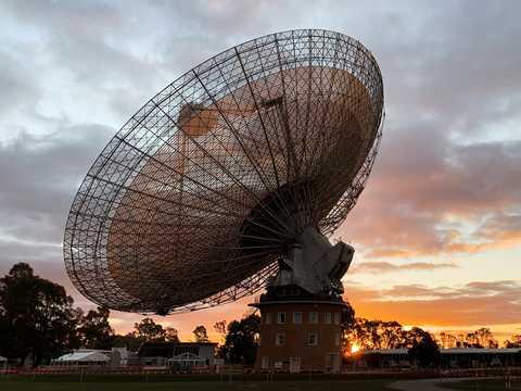 オーストラリア南東部のパークス天文台にある電波望遠鏡。2019年7月15日の日没時に撮影。