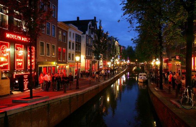 街頭に照らされたアムステルダム
