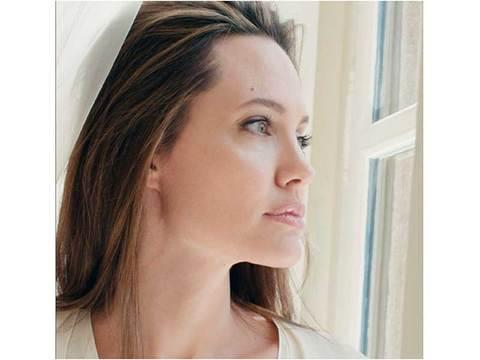 ゲラン新香水の顔は、我が道を強く美しく進むアンジェリーナ・ジョリー