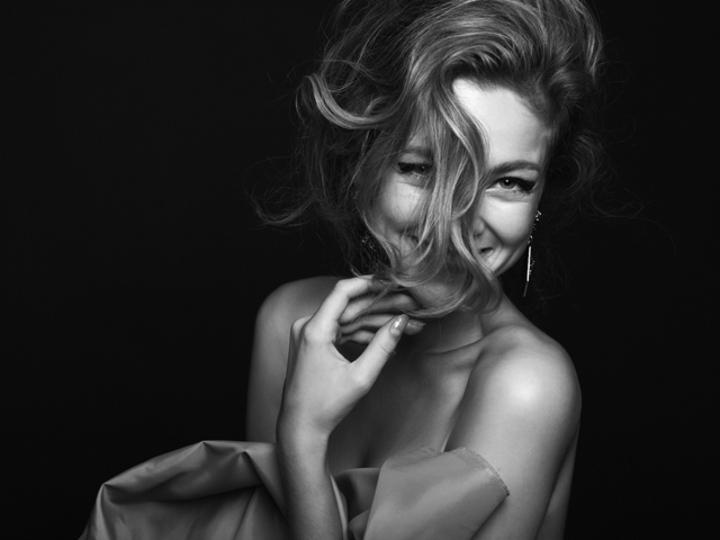 恐れずチャーミングに。女性の美しさは感情豊かなときにあらわれる