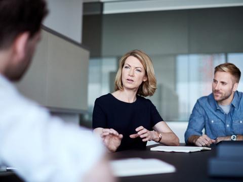ビジネスあるある:男性は女性の発言をいつも遮る [The New York Times]