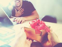 有志による上司へのプレゼント、断ってもよい? [The New York Times]