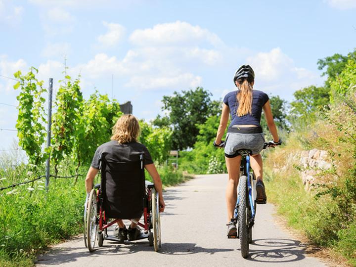 足りないものは補い合えばいい。車椅子の彼と歩む二人三脚の愛 [The New York Times]