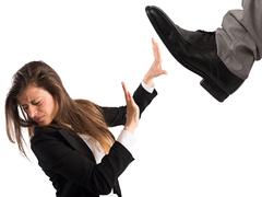 真っ向から対抗せよ。職場の「上から目線男」への対処法