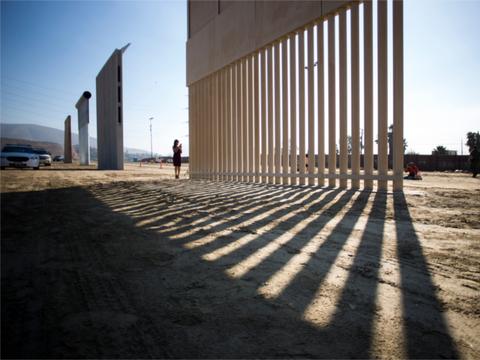 トランプ氏提唱「メキシコ国境の壁」試作品発表されるも実現は遠い [The New York Times]