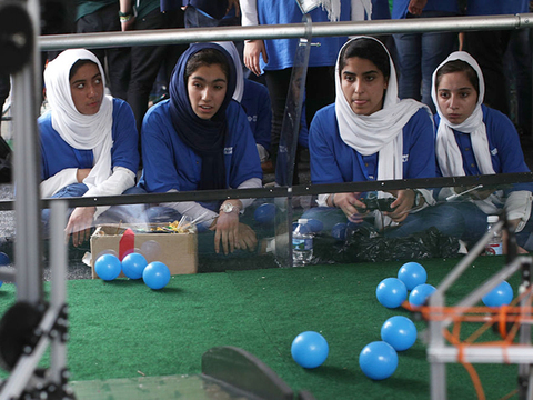 ロヤ・マフブーブさんも応援。アフガン女子がロボコンで快挙 [The New York Times]