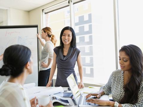 職場の外国人スタッフとうまくコミュニケーションをとるには?